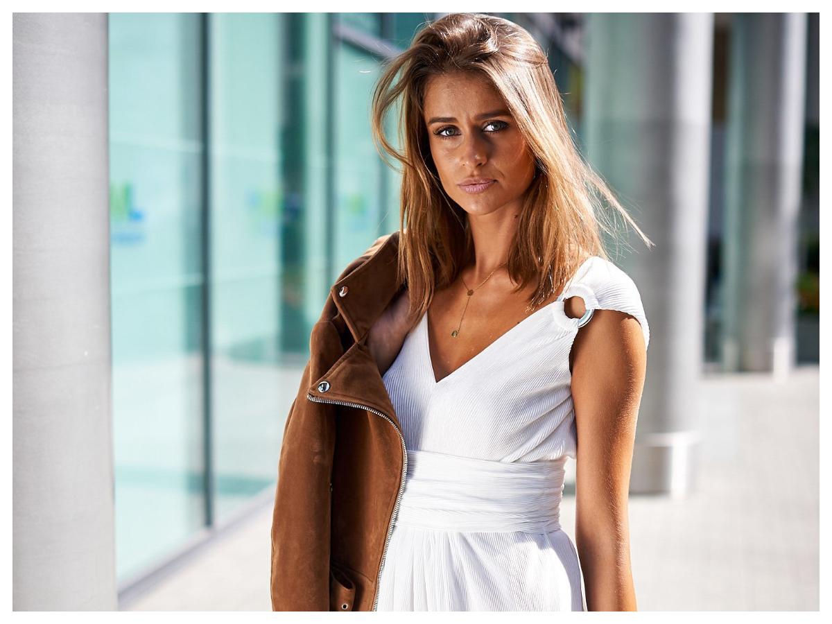 sukienki plisowane białe z dekoltem w serek